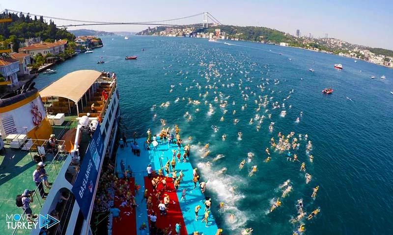 حوالي 2000 سباح يشارك في ماراثون السباحة في اسطنبول, بين آسيا و أوروبا